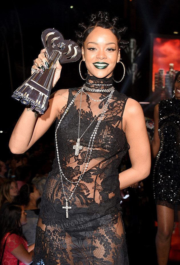 Rihanna Dons Gothic Look At 2014 Iheartradio Music Awards