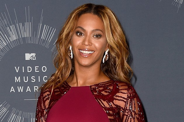 Beyonce interrupted her own concert so one of her dancers could put a ring on it