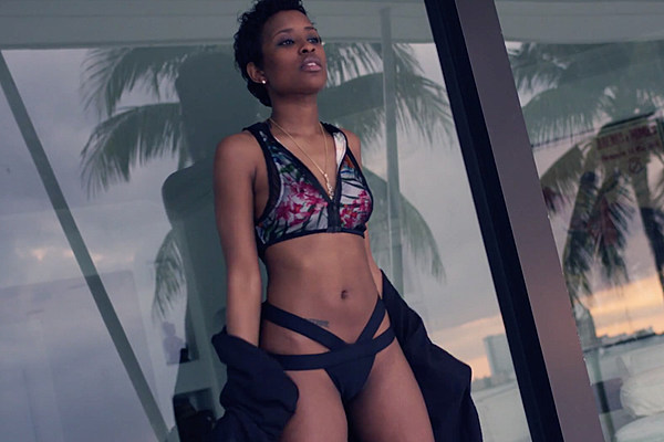 Dej Loaf Shows Off Her Sexy Side In Me U Amp Hennessy Video