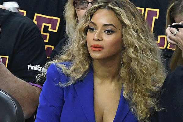 """Beyoncé Pays Tribute to Police Officers Killed in Dallas: """"No Violence Will Create Peace"""" news"""