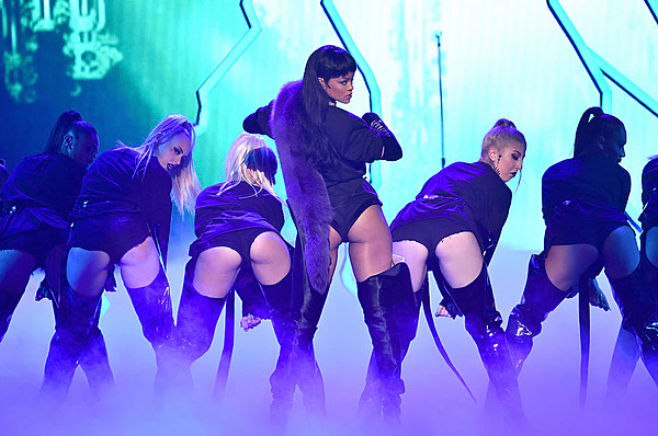 Rihanna Kicks off VMAs With Fiery Dance Medley news