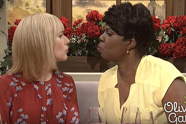Leslie jones kisses scarlett johansson in 39 snls olive garden parody skit video r b hip hop for Snl olive garden skit
